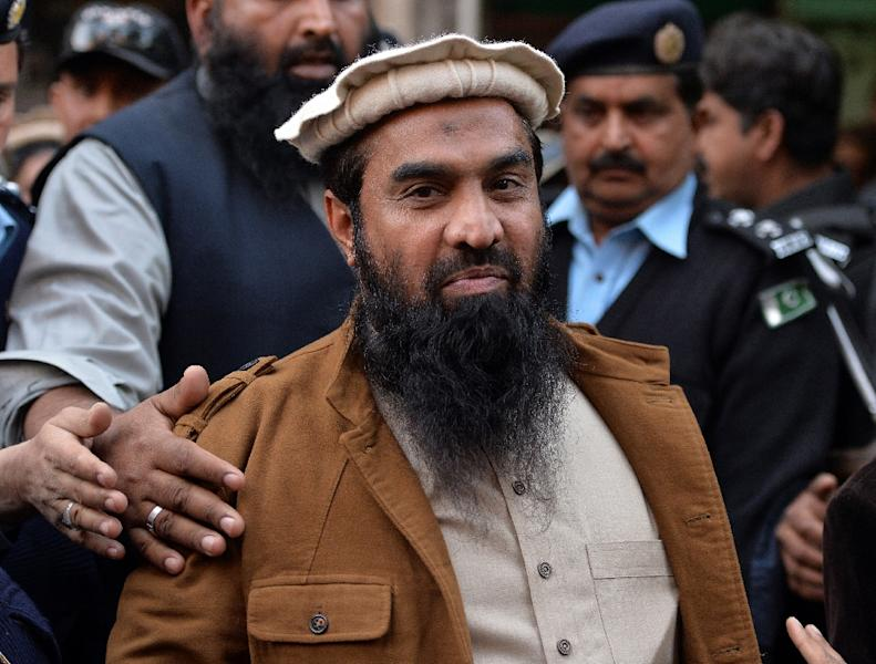 Pakistani security personnel escort Zaki-ur-Rehman Lakhvi, the alleged mastermind of the 2008 Mumbai attacks, as he leaves court after a hearing in Islamabad on January 1, 2015 (AFP Photo/Aamir Qureshi)