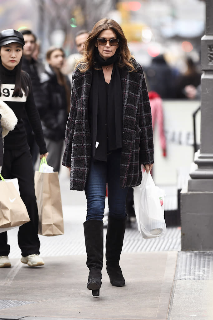 Cindy Crawford spotted getting her lunch at a local Deli Super Market in the Soho Section of New York City. Pictured: Cindy Crawford Ref: SPL5137436 271219 NON-EXCLUSIVE Picture by: Elder Ordonez / SplashNews.com Splash News and Pictures Los Angeles: 310-821-2666 New York: 212-619-2666 London: +44 (0)20 7644 7656 Berlin: +49 175 3764 166 photodesk@splashnews.com World Rights, No Portugal Rights