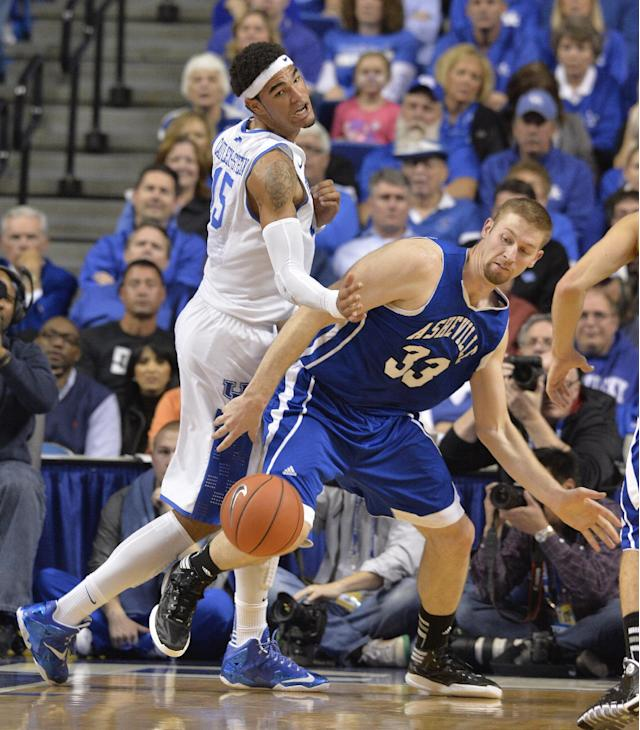 UNC Asheville's D.J. Cunningham, right, and Kentucky's Willie Cauley-Stein battle for a loose ball during the first half of an NCAA college basketball game on Friday, Nov. 8, 2013, in Lexington, Ky. (AP Photo/Timothy D. Easley)