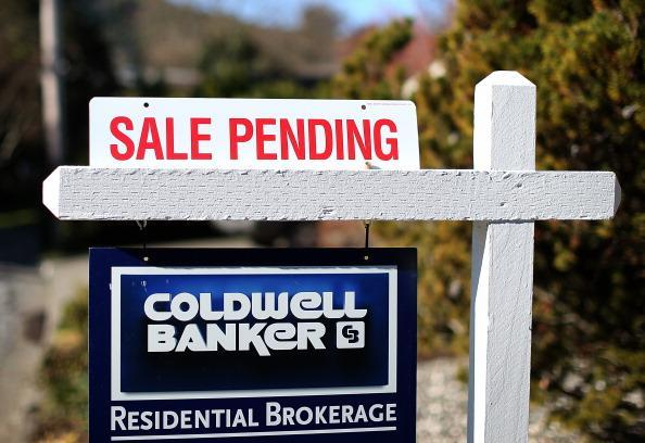A sale pending sign stands in front of a home for sale in Larkspur, California. (Photo by Justin Sullivan/Getty Images)