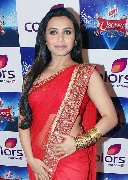 <b>4.	Rani Mukherjee</b>: Bong beauty Rani is known for her Sarees and huge bindis. Look at how effortlessly she's pulling off the shocking red colour and the glittery gold bangles! Sure she scores a ten on ten.