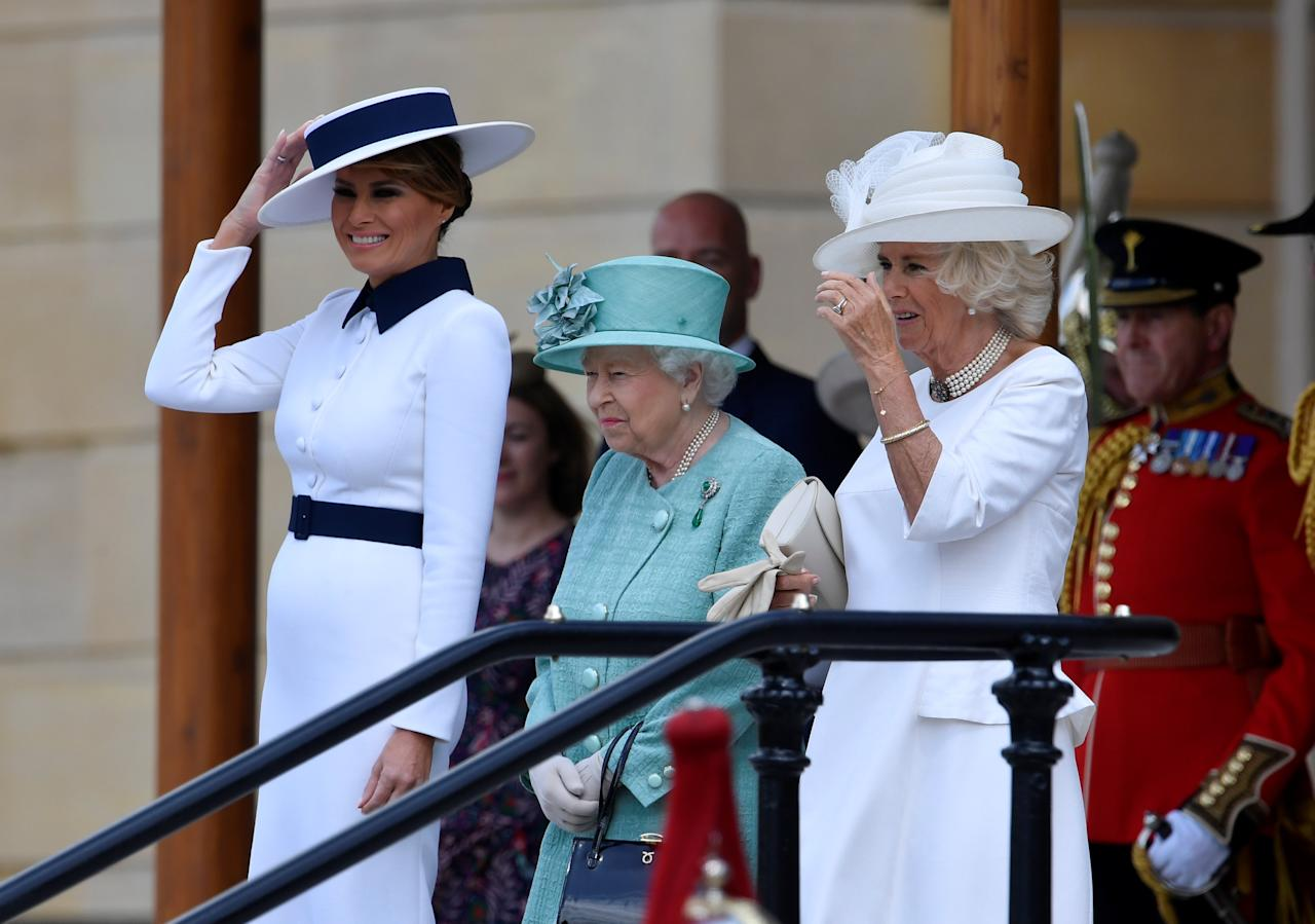 La reina Elizabeth II con la primera Dama Melania Trump y Camilla, Duquesa de Cornwall. (Photo by TOBY MELVILLE / POOL / AFP) (Photo credit should read TOBY MELVILLE/AFP/Getty Images)