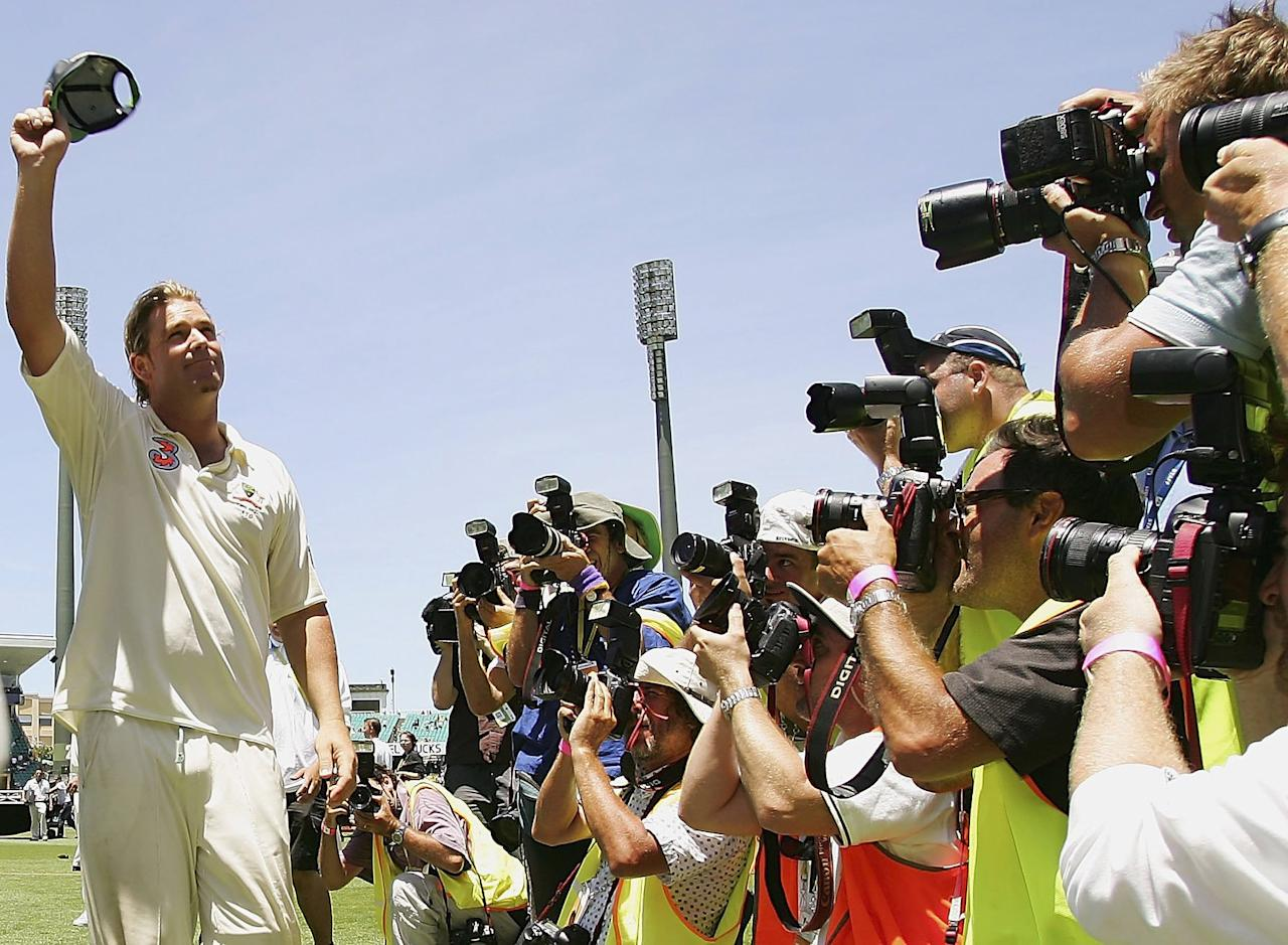 SYDNEY, AUSTRALIA - JANUARY 05:  Shane Warne of Australia waves to the crowd for the final time after winning the final test and wrapping up the series 5-0 after winning day four of the fifth Ashes Test Match between Australia and England at the Sydney Cricket Ground on January 5, 2007 in Sydney, Australia.  (Photo by Cameron Spencer/Getty Images)