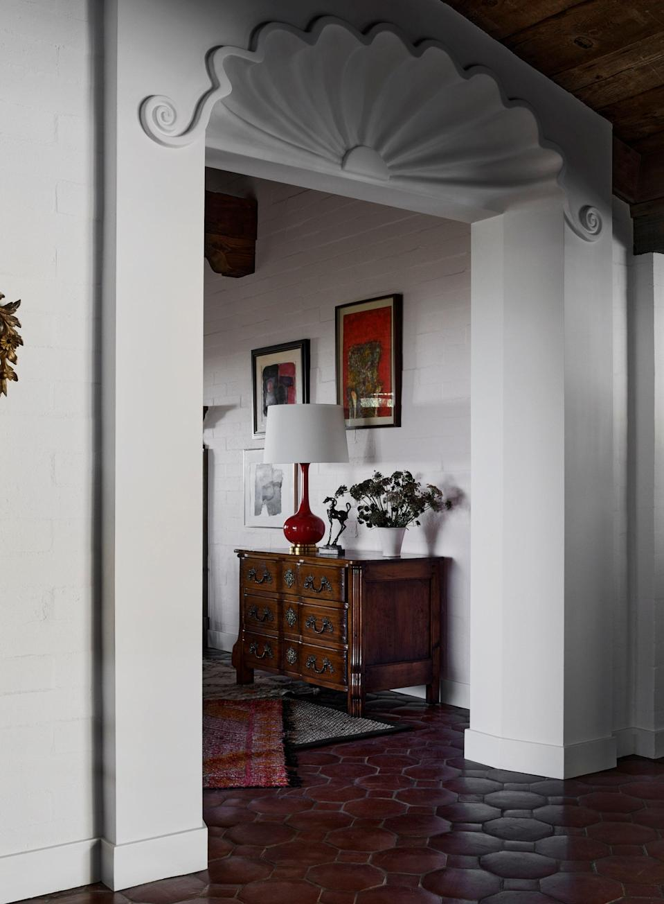 A scalloped plaster molding marks the entry to the living room.