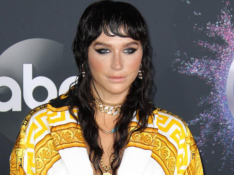 Kesha makes sure her 'eyes sparkle' while wearing a face mask