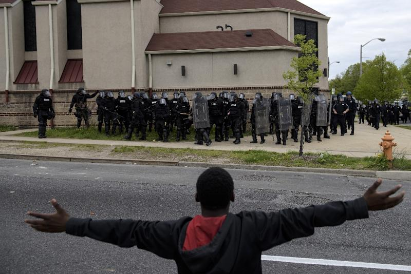 A protestor gestures towards the riot police in Baltimore, Maryland, on April 27, 2015 (AFP Photo/Brendan Smialowski)