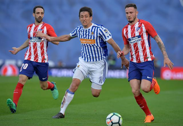 Soccer Football - La Liga Santander - Real Sociedad vs Atletico Madrid - Anoeta Stadium, San Sebastian, Spain - April 19, 2018 Real Sociedad's Mikel Oyarzabal in action with Atletico Madrid's Saul Niguez and Juanfran REUTERS/Vincent West