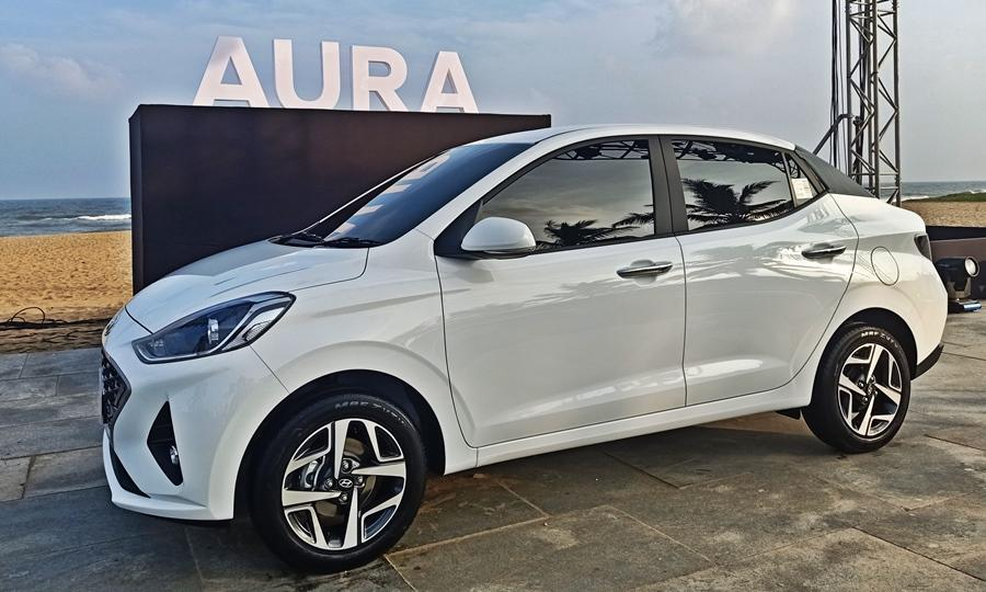 The Aura is a compact sedan with a length of 3995mm and slots below the Verna. The Aura has a similar face to the Nios, but there are some subtle changes. For example unlike the Nios this has twin Boomerang Daytime Running Lamps integrated onto the, grille while the headlamps are projector units.