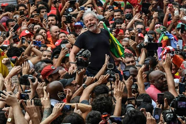 Brazil's former president Luiz Inacio Lula da Silva is carried on the shoulders of supporters outside the metalworkers' union building in Sao Bernardo do Campo, Brazil, on November 9, 2019 (AFP Photo/Nelson ALMEIDA)