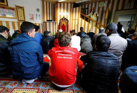 Young Muslims listen to a Turkish imam during Friday prayers at the Turkish Kuba Camii mosque located near a hotel housing refugees in Cologne's district of Kalk, Germany, October 14, 2016.  REUTERS/Wolfgang Rattay