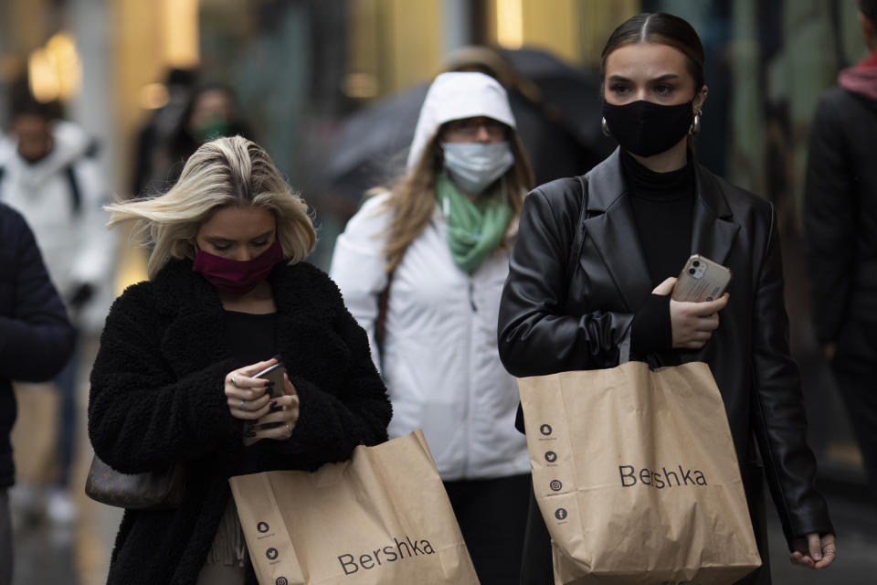 """LONDON, ENGLAND - OCTOBER 13: Shoppers and commuters around Oxford Street on October 13, 2020 in London, England. London Mayor Sadiq Khan said today that the city would move into Tier 2 of the government's new covid-19 risk classification once it hits 100 new daily cases per 100,000 people, which could happen this week. The second or """"high"""" tier of the three-tier system triggers a ban on household mixing, although pubs would remain open. (Photo by Dan Kitwood/Getty Images)"""