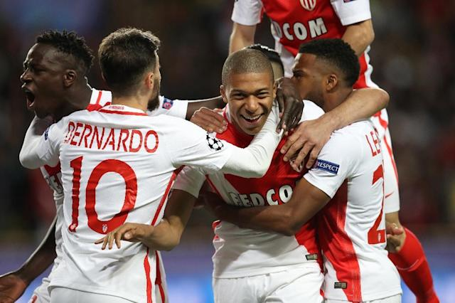 Monaco's Kylian Mbappe (C) and teammates celebrate his opening goal during their UEFA Champions League 2nd leg quarter-final football match against Borussia Dortmund on April 19, 2017 at the Louis II stadium in Monaco (AFP Photo/Valery HACHE)