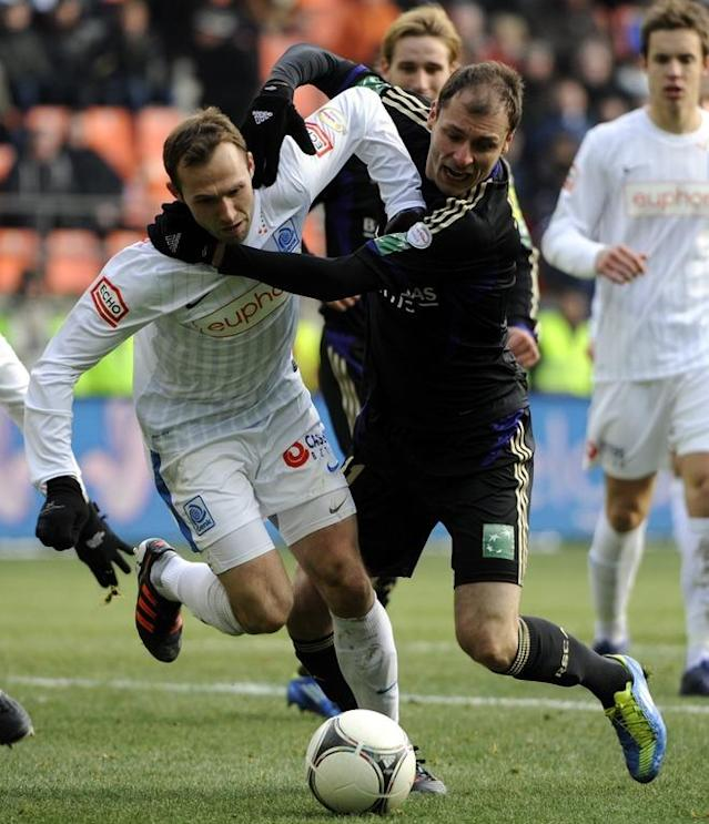 Genk's Thomas Buffel vies with Anderlecht's Milan Jovanovic during the Jupiler Pro League match between RSCA Anderlecht and KRC Genk in Anderlecht on February 5, 2012. AFP PHOTO / BELGA / ERIC LALMAND ***BELGIUM OUT***