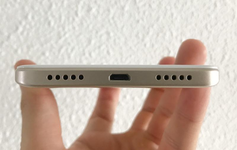 We like how the speaker grilles are lined up perfectly with the micro-USB 2.0 port at the bottom. This shows some degree of pride and effort by the design team at Xiaomi.