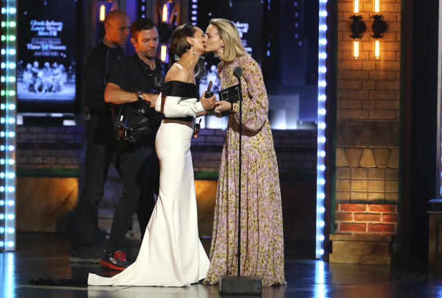Laurie Metcalf, left, kisses presenter Carey Mulligan as she accepts the award for Best Featured Actress in a Play for Edward Albee <em>'s Three Tall Women</em> at the 72nd annual Tony Awards. (Photo: Michael Zorn/Invision/AP)