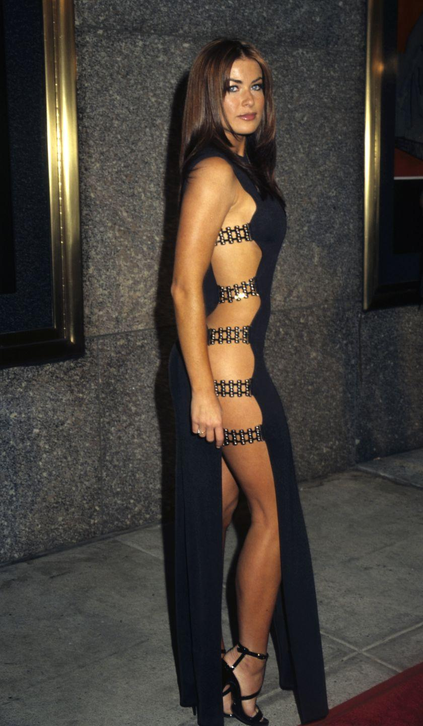 <p>Carmen Electra's black dress had a side surprise: metal straps that barely held the fabric together. We can't even lie, this is perfectly '90s, but also... perfect?! <br></p>
