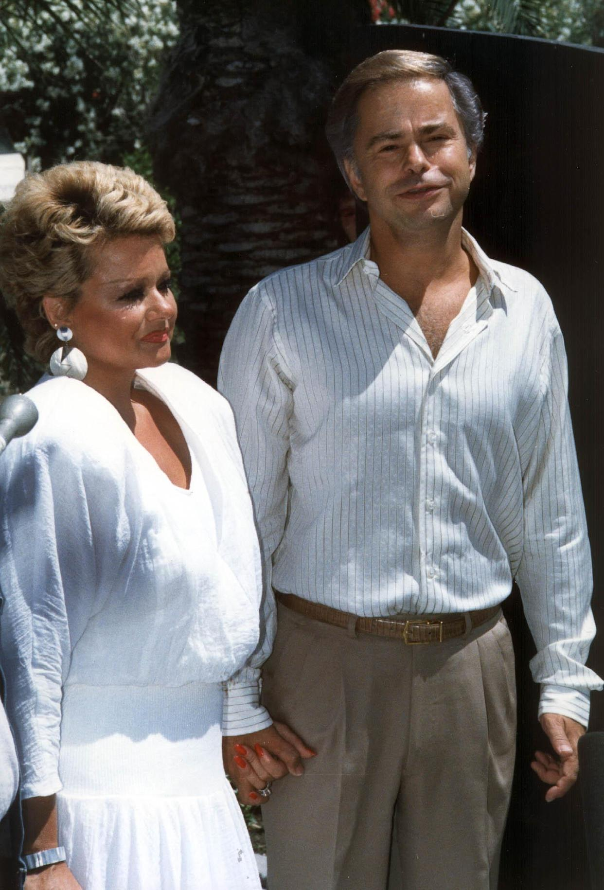 PALM SPRINGS, CA - MAY 1:  Reverend Jim Bakker and his wife Tammy Faye Bakker are shown at their first press conference 01 May 1987, Palm Springs, CA, since Bakker was forced out of PTL church.  (Photo credit should read SCOTT MILIMAN/AFP via Getty Images)