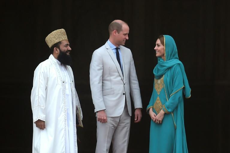 Grand Imam Abdul Khbeer Azad (L) met Prince William (C) and his wife Kate at the historic Badshahi mosque in Lahore, at the close of the first visit by British royals to Pakistan in 13 years