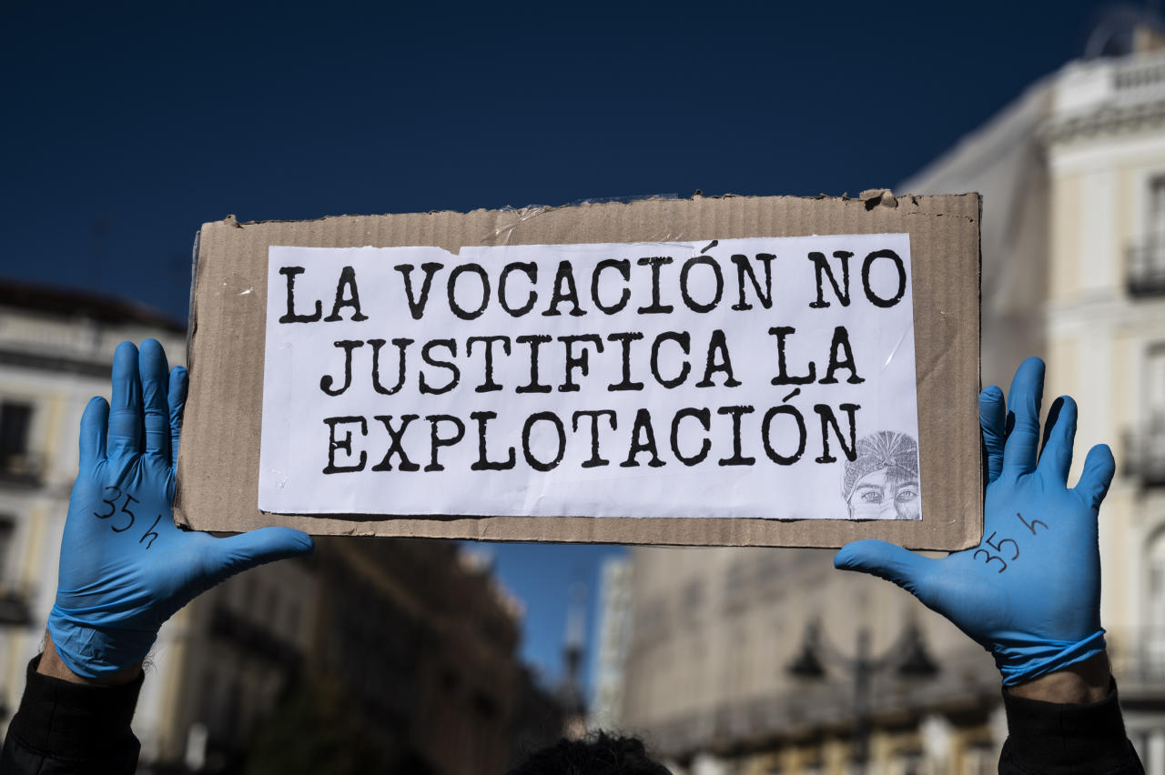 "En este cartel se lee ""La vocación no justifica la explotación"" durante la manifestación de enfermeros y enfermeras en Madrid para reclamar mejores condiciones laborales. (Photo by Marcos del Mazo/LightRocket via Getty Images)"