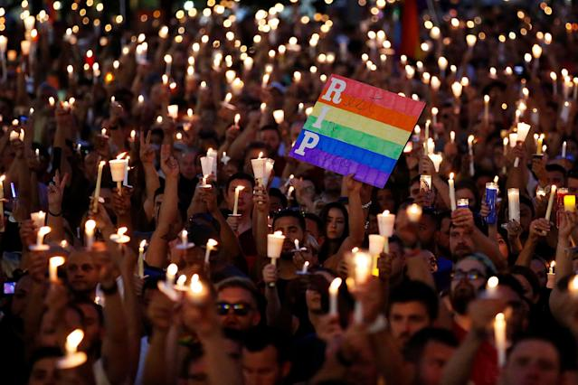 <p>People take part in a candlelight memorial service in New York the day after a mass shooting at the Pulse gay nightclub in Orlando. (Photo: Carlo Allegri/Reuters) </p>