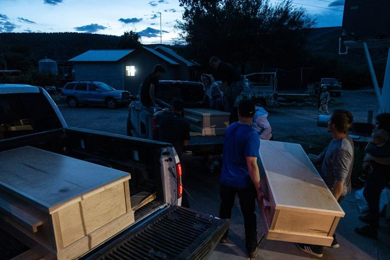 The empty coffins of Rhonita Miller and two of her children are transported to where the funeral services will be held. | César Rodríguez—El País