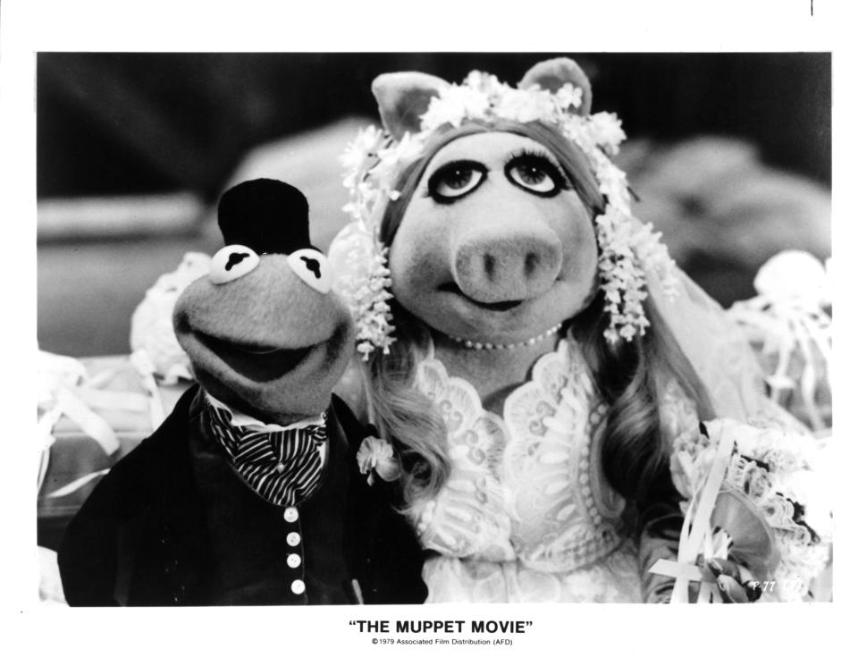 """Kermit the Frog/Jim Henson and Miss Piggy/Frank Oz on set of """"The Muppet Movie"""" in 1979. (Photo by Michael Ochs Archives/Getty Images)"""