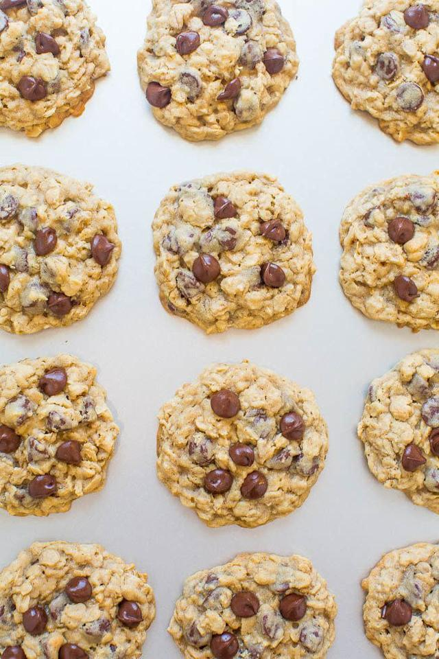 <strong>Get the <span>One-Bowl, No-Mixer, No-Chill Oatmeal Cookies recipe</span>from Averie Cooks</strong>