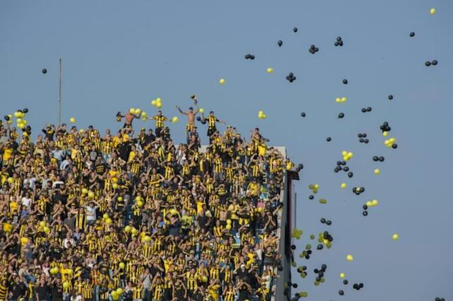 Penarol's fans cheers their team during the Uruguay derby against Nacional at the Centenario stadium in Montevideo (AFP Photo/Pablo PORCIUNCULA BRUNE)