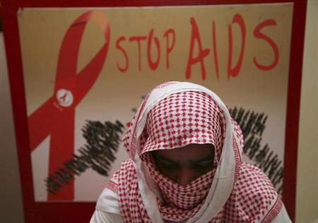 A man living with HIV covers his face to avoid being identified due to fear of discrimination at a Saudi Charity Association for AIDS Patients in Jeddah July 19, 2010. REUTERS/Susan Baaghil/Files