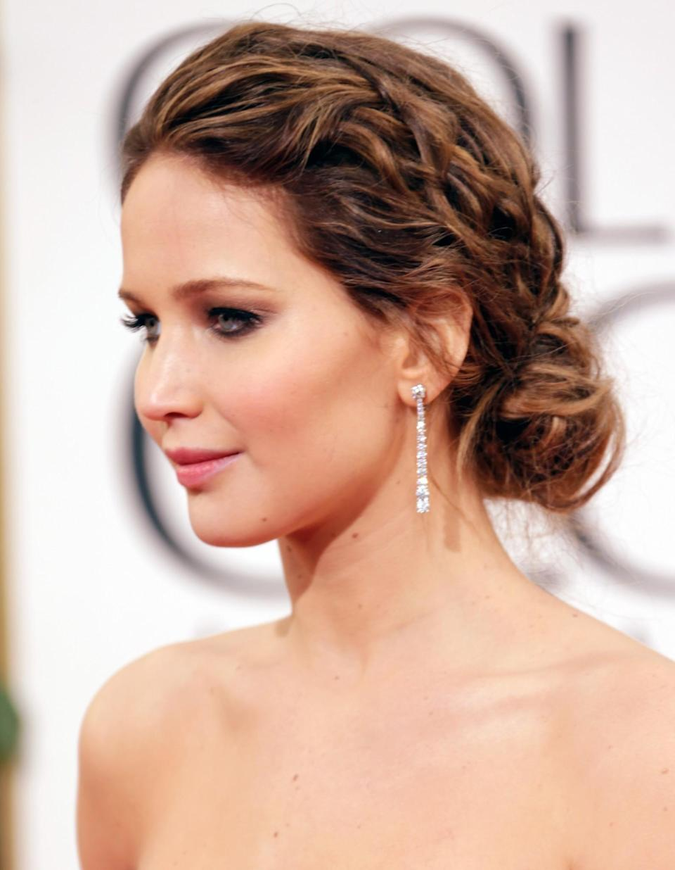 <p>Jen's 'bronde' locks were teased and twisted back into a low slung bun for the 2013 Golden Globes. [Photo: Getty] </p>