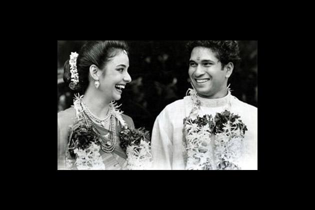 Sachin Tendulkar shares a laugh with his bride Dr Anjali Mehta after their wedding in Bombay on May 25, 1995. (BCCL/MenXp)