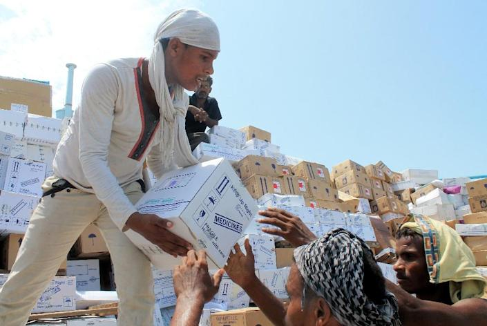 Yemeni workers unload medical aid boxes from a boat carrying 460 tonnes of Emirati relief aid that docked in the port of the city of Aden, on May 24, 2015 (AFP Photo/Saleh al-Obeidi)