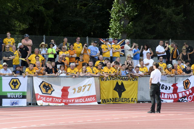 AA0701 UHRC. Bern (Switzerland Schweiz Suisse), 14/07/2018.- Wolverhampton Wanderers fans watch the a friendly soccer match of the international Uhrencup tournament between BSC Young Boys and Wolverhampton Wanderers F.C. at the Stadion Neufeld in Bern, Switzerland, 14 July 2018. (Futbol, Amistoso, Suiza) EFE/EPA/ANTHONY ANEX