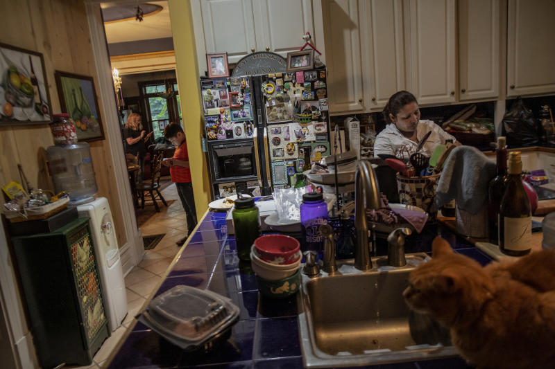 Mirna cooks Honduran food in Vonnette's kitchen. (Photo: Fabio Bucciarelli for Yahoo News)