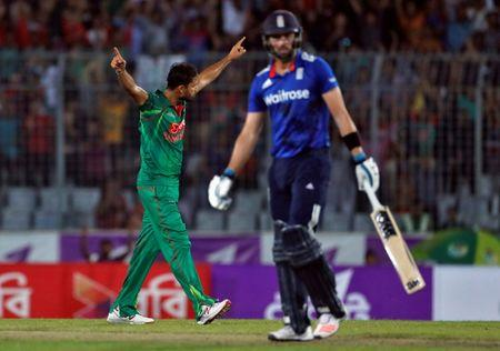 FILE PHOTO: Cricket - England v Bangladesh - Second One Day International - Sher-e-Bangla Stadium, Dhaka, Bangladesh - 09/10/16. Bangladesh's Mashrafe Mortaza celebrates after taking James Vince's wicket. REUTERS/Cathal McNaughton -