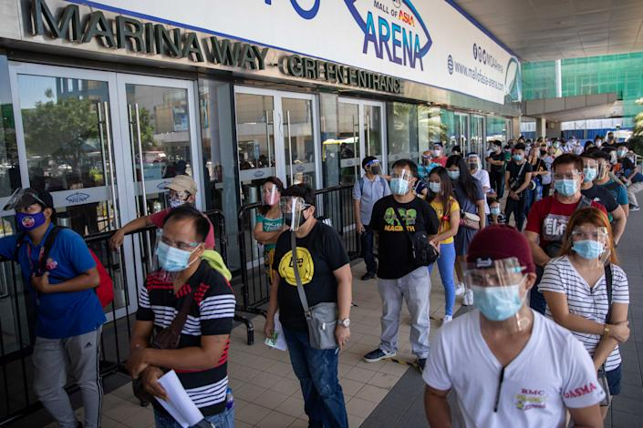 FILE PHOTO: Filipinos queue for free COVID-19 swab testing amid the coronavirus disease (COVID-19) outbreak, in Mall of Asia Arena, Pasay City, Metro Manila, Philippines, August 25, 2020. REUTERS/Eloisa Lopez
