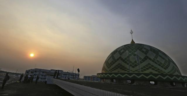 <p>Muslims are silhouetted as they scan the horizon for a crescent moon that will determine the beginning of the holy fasting month of Ramadan at a mosque in Jakarta, Indonesia, May 26, 2017. (AP Photo/Achmad Ibrahim) </p>
