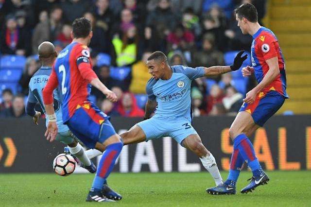Manchester City's Gabriel Jesus (C) stretches for the ball during their English FA Cup match against Crystal Palace on January 28, 2017 (AFP Photo/Ben STANSALL)