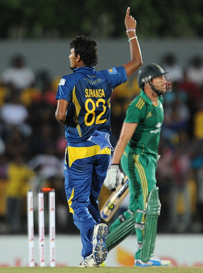 Sri Lankan cricketer Suranga Lakmal (L) celebrates after he dismissed South African cricket captain Faf du Plessis (R) during the third and final Twenty20 cricket match between Sri Lanka and South Africa at the Suriyawewa Mahinda Rajapakse International Cricket Stadium in the southern district of Hambantota on August 6, 2013. AFP PHOTO/ LAKRUWAN WANNIARACHCHI