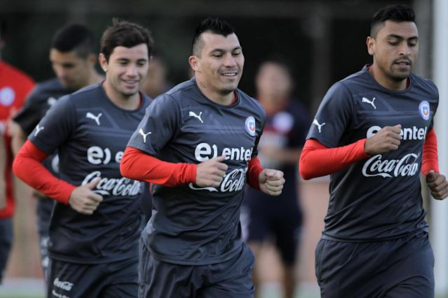 Chile's Gary Medel, center, run laps with teammates during a training session at Toca da Raposa Center, in Belo Horizonte, Brazil, Friday, June 20, 2014. Chile plays in group B of the Brazil 2014 soccer World Cup. (AP Photo/Bruno Magalhaes)