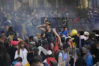 <p>Este fiestón en las calles de la ciudad se ha producido cuando aún están en vigor las restricciones del coronavirus, por lo que no tenían permiso para esta celebración. (Photo by CHRISTOPHE SIMON/AFP via Getty Images)</p>