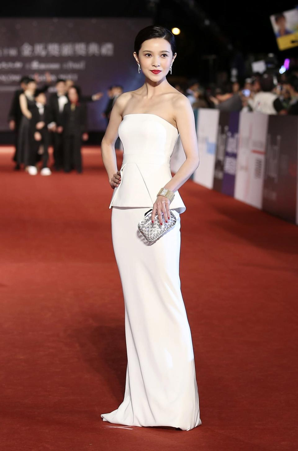 Taiwanese singer and actress Amber Kuo poses for photographers on the red carpet at the 50th Golden Horse Film Awards in Taipei November 23, 2013. REUTERS/Patrick Lin (TAIWAN - Tags: ENTERTAINMENT)