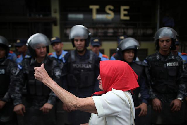 <p>A supporter of Salvador Nasralla, presidential candidate for the Opposition Alliance Against the Dictatorship, gestures in front of police officers as she waits for official presidential election results in Tegucigalpa, Honduras, Nov. 27, 2017. (Photo: Edgard Garrido/Reuters) </p>