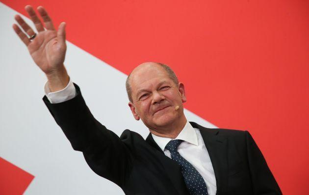 26 September 2021, Berlin: Olaf Scholz, Finance Minister and SPD candidate for Chancellor, waves during the election party at Willy Brandt House. Photo: Wolfgang Kumm/dpa (Photo by Wolfgang Kumm/picture alliance via Getty Images) (Photo: picture alliance via Getty Images)