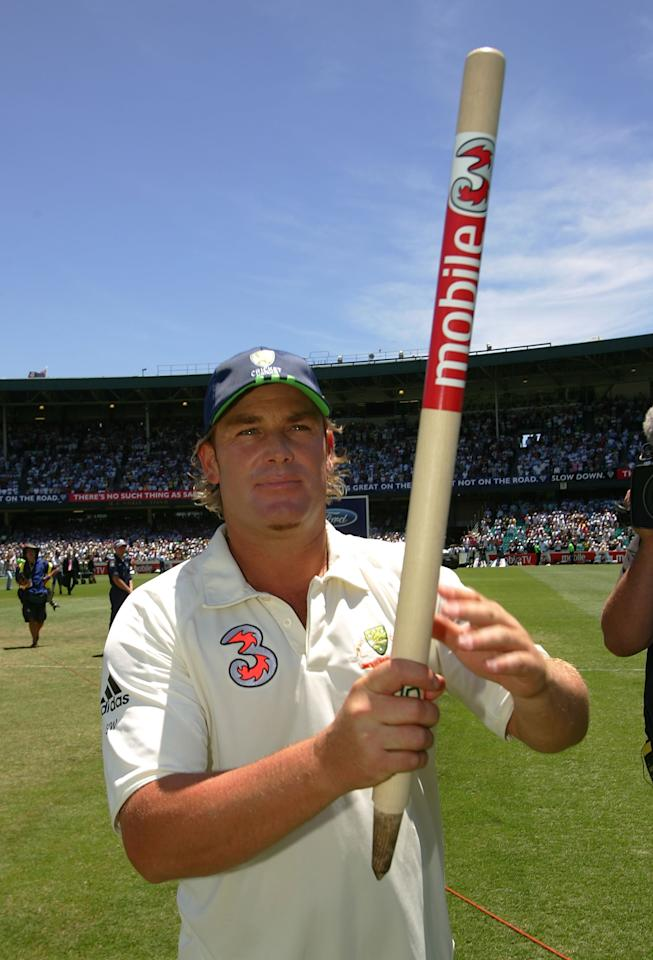 SYDNEY, AUSTRALIA - JANUARY 05:  Shane Warne of Australia salutes the crowd at the end of day four of the fifth Ashes Test Match between Australia and England at the Sydney Cricket Ground on January 5, 2007 in Sydney, Australia.  (Photo by Ezra Shaw/Getty Images)