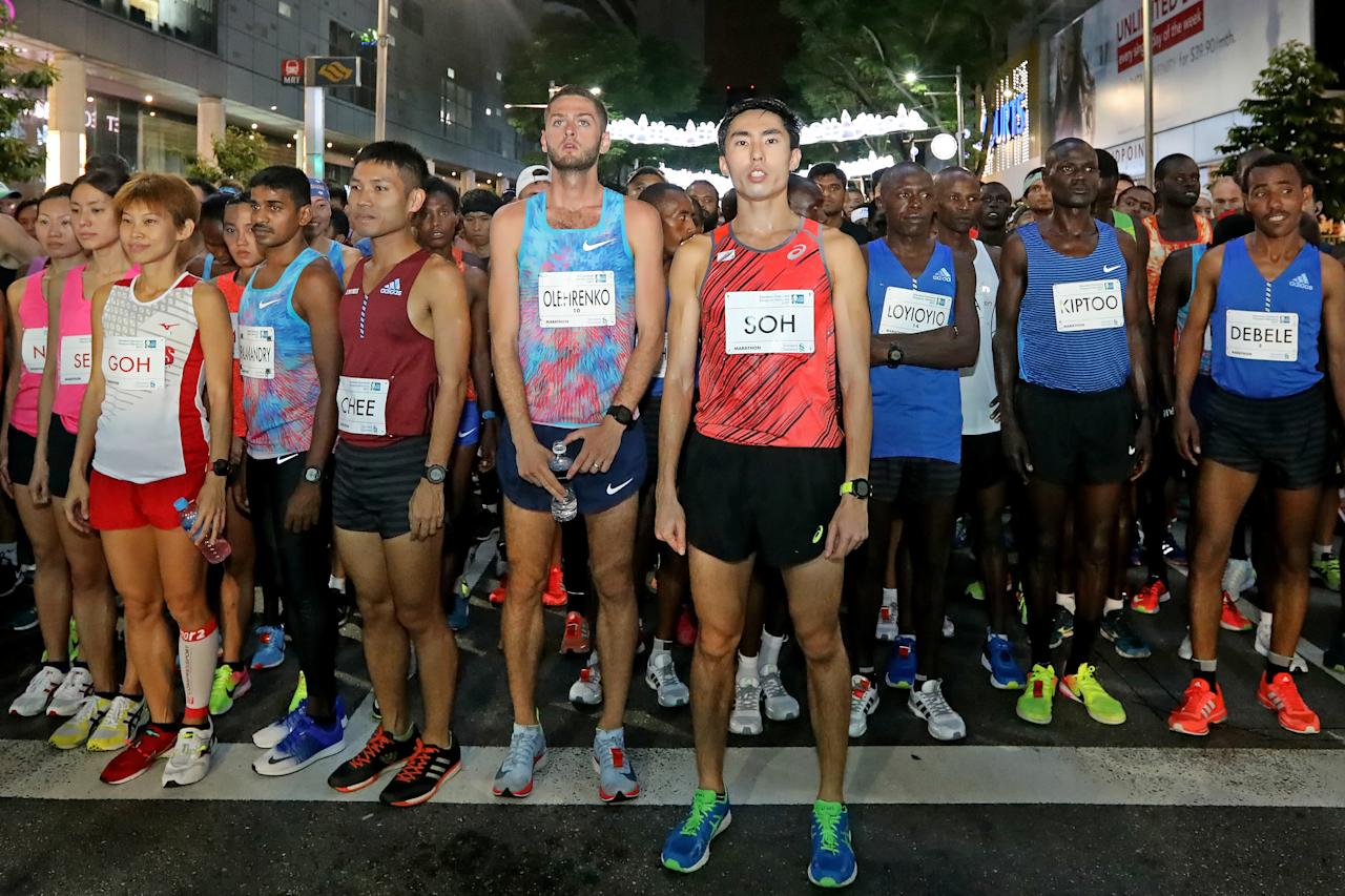 <p>Team Singapore runners Rachel See (second from left), Jasmine Goh (third from left), Evan Chee (fifth from left) and Soh Rui Yong (seventh from left) led the first wave of the Standard Chartered Singapore Marathon 2017 runners early morning of 3 December 2017.<br /> Photo: Standard Chartered Singapore Marathon 2017 </p>