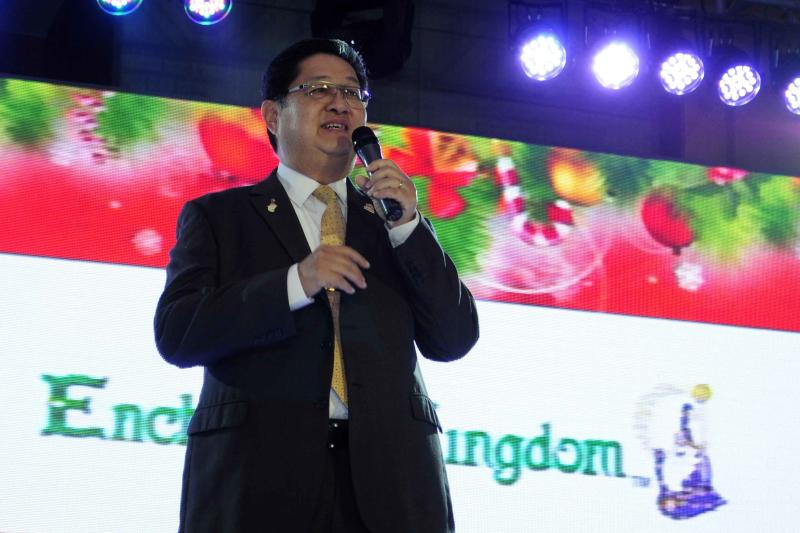 Enchanted Kingdom owner Mario Mamon acknowledges promotional tie-up with Ocean Park Hong Kong during the launch of Ocean Park's Christmas Sensation: Santa Festival at Marriott Hotel Manila in Pasay City on November 8.