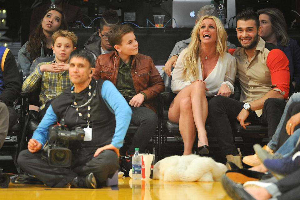 LOS ANGELES, CA - NOVEMBER 29:  Sean Federline, Jayden James Federline, Britney Spears and Sam Asghari attend a basketball game between the Los Angeles Lakers and the Golden State Warriors at Staples Center on November 29, 2017 in Los Angeles, California.  (Photo by Allen Berezovsky/Getty Images)