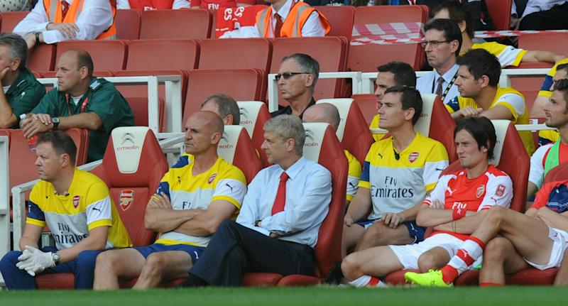 Arsenal manager Arsene Wenger (C) watches a pre-season friendly match against Benfica at The Emirates Stadium in north London on August 2, 2014 (AFP Photo/Olly Greenwood)