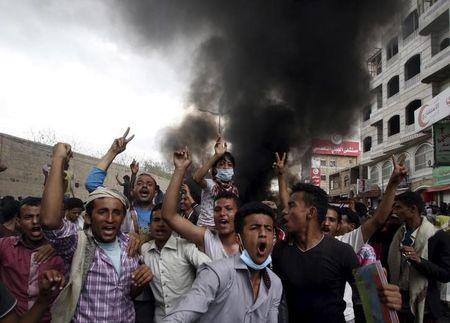 Anti-Houthi protesters demonstrate in Yemen's southwestern city of Taiz March 23, 2015. REUTERS/Anees Mahyoub